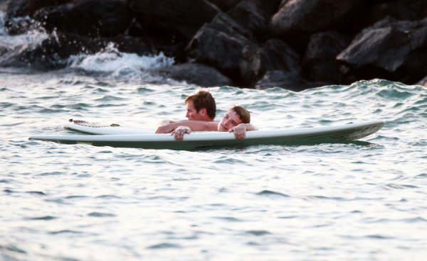 Plus de photos de Josh faisant du surf à Hawaï (27-02-13).