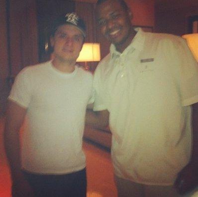 Nouvelle photo de Josh avec un fan à son hôtel au Panama (04-05-2013).