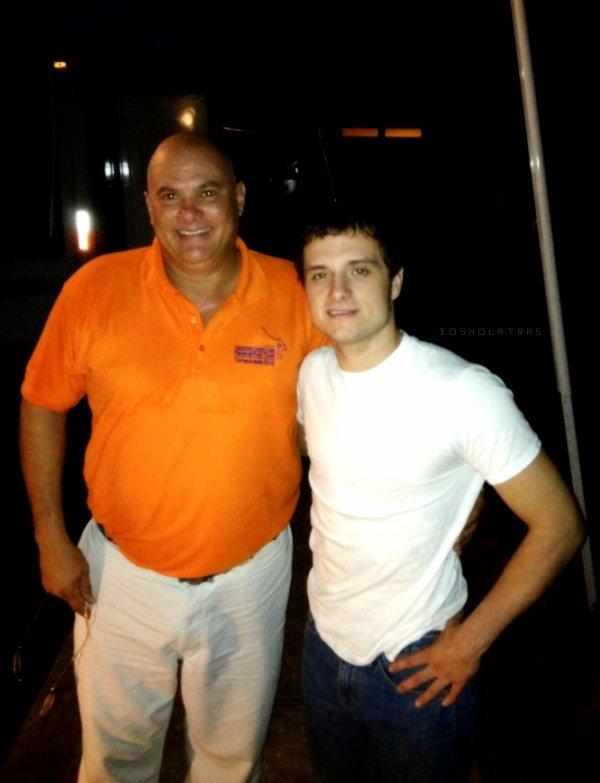 Nouvelles photos de Josh avec des fans au Panama (13-05-13).