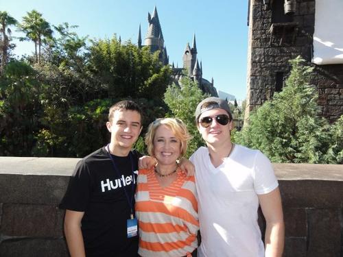 "New/old photo de Josh avec sa maman et son frère, Connor visitant ""The Wizarding World of Harry Potter"" (Orlando 23-12-2011)."
