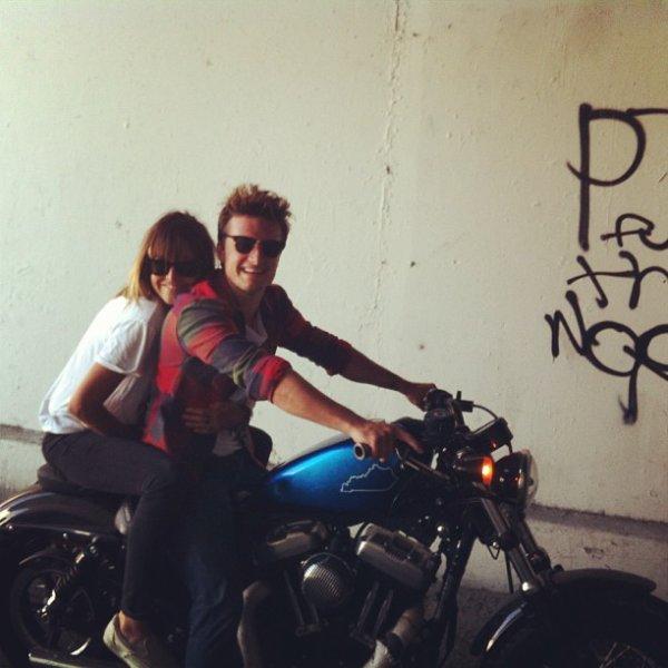 Josh en compagnie de la styliste sur son photoshoot (Los Angeles 13-08-2013).