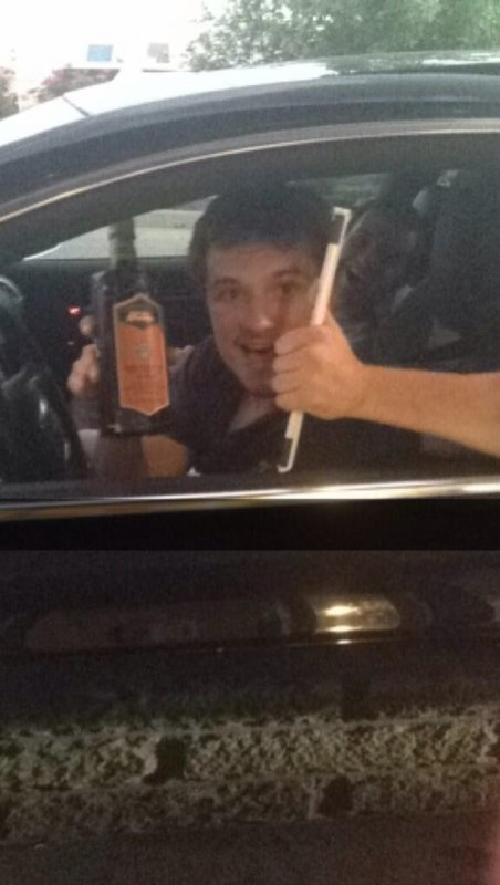 Josh a été aperçu au Starbucks (02-09-2013).