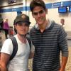 Josh avec un fan à l'aéroport (08-10-2013).