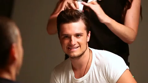 "Behind the scenes du photoshoot de Josh pour ""OUT Magazine""."