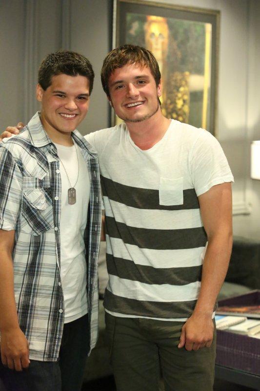"""Photo de Josh avec la personne qui sera honorée au """"Halo Awards 2013""""."""