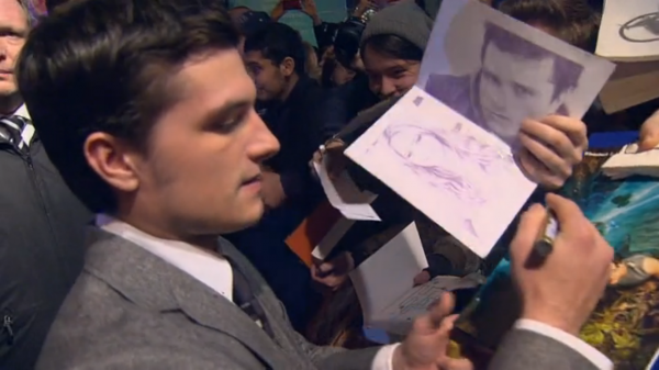"Captures de Josh à l'AP de ""Catching Fire"" à Berlin (12-11-2013)."