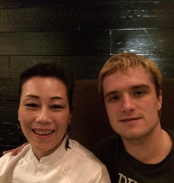 Nouvelle photo de Josh avec une fan (09-12-2013).