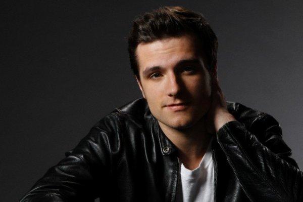 Josh par  Mary Ellen Matthews pour SNL (Novembre 2013).