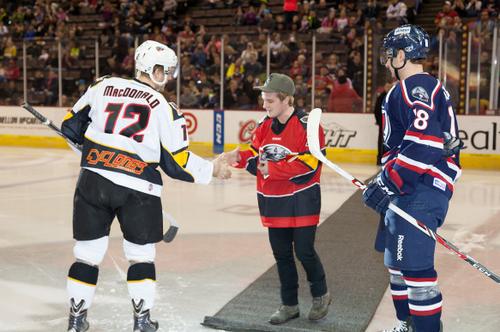 Nouvelles photos de Josh au match de Hockey Cyclones vs Stingrays (Cincinnati 17-01-2014).