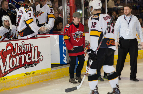 Nouvelles photos de Josh au match de Hockey Cyclones vs Stingrays (Cincinnati 17-01-2014).