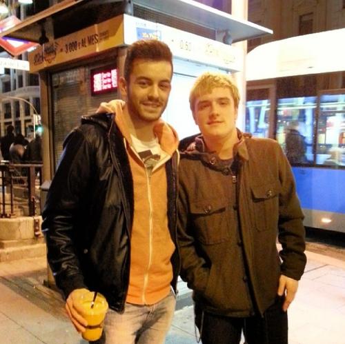 Nouvelles photos de Josh avec des fans à Madrid (25-01-2014).