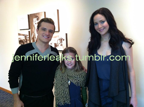 "New/old photo de Josh et Jen sur le tournage de ""Catching Fire""."