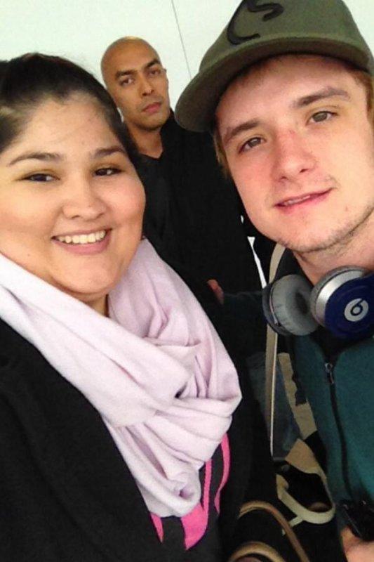 Photos de Josh avec des fans au Hartsfield-Jackson Airport d'Atlanta (11-02-2014).