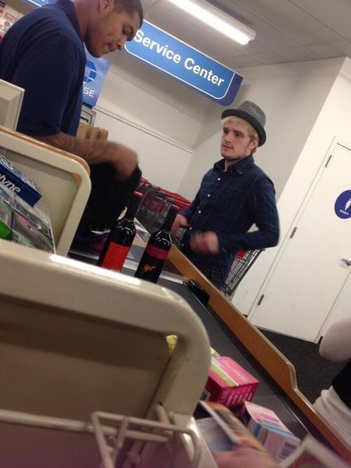 Josh a été repéré dans un magasin (19-02-2014).