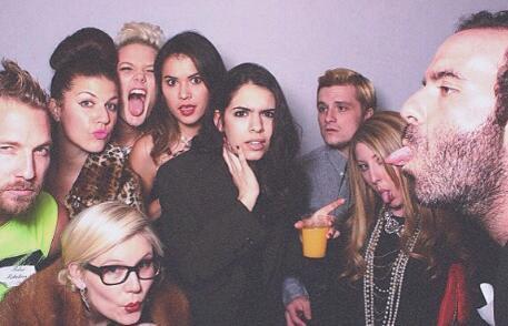 Josh à une fête d'anniversaire la nuit passée.