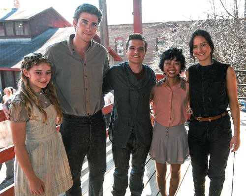 "New/old de Josh, Jen, Liam, Willow et une fan sur le tournage de ""Catching Fire""."