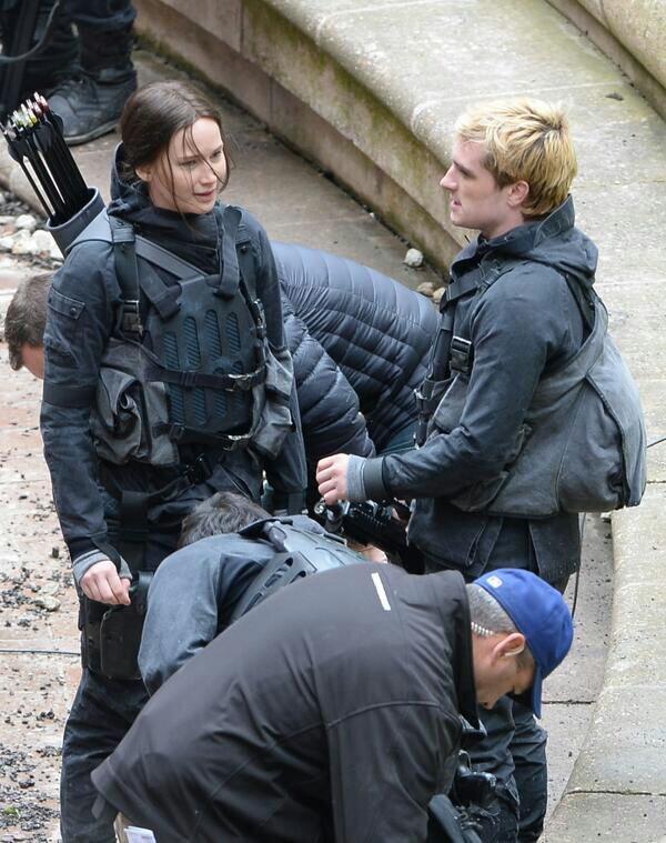 """Nouvelles photos de Josh sur le tournage de """"Mockingjay"""" à Paris."""