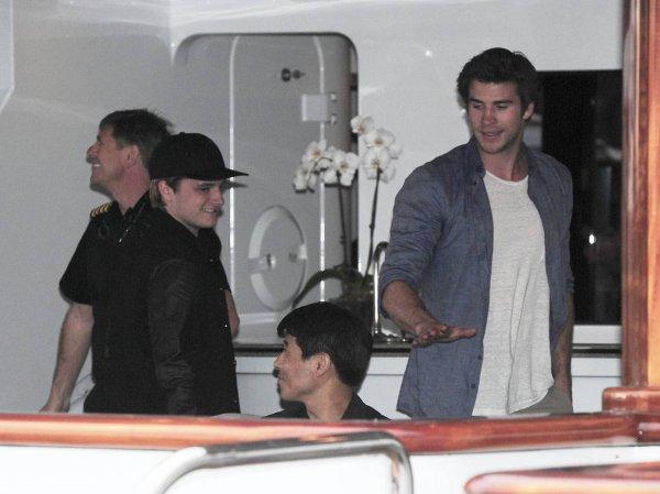 Josh dînant sur un yacht en compagnie de Liam (17-05-2014).