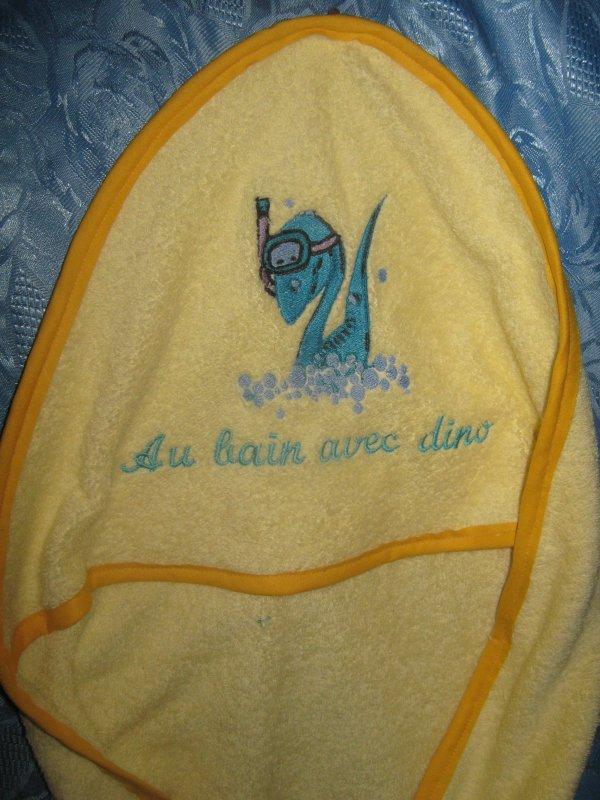 POUR L'ARRIVEE D'YVANN ( CAPE DE BAIN BRODEE ET PERSONNALISEE )