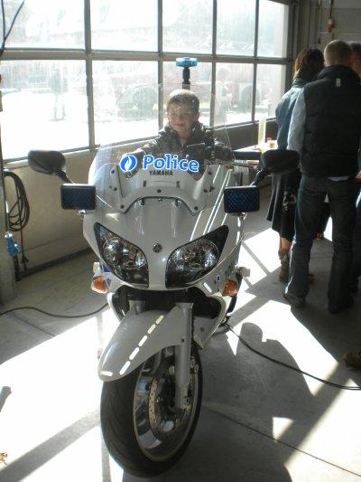 matheo sur la moto de police