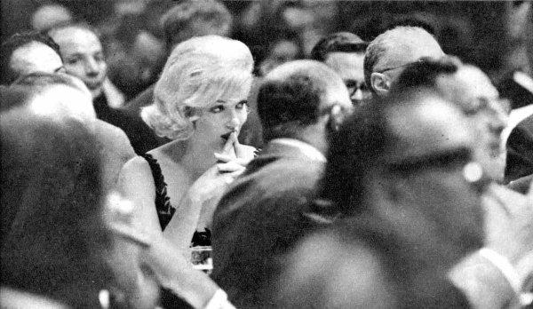 """""""Une fille intelligente embrasse mais n'aime pas, écoute mais n'y croit pas et quitte avant d'être quittée."""" Marilyn Monroe"""