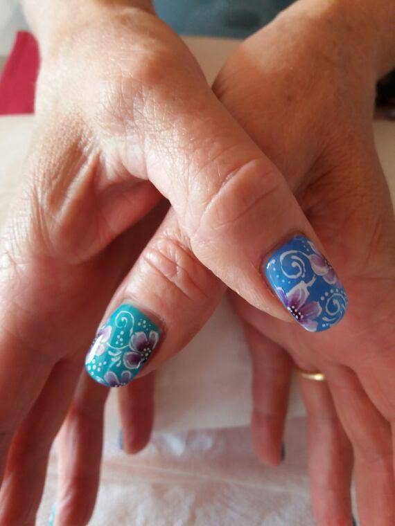 Peint a la main avec du gel uv
