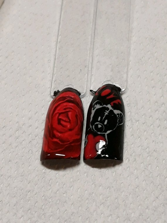 Rouge et noir a la main