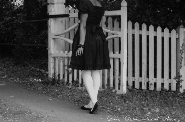 Il y a trop de silence entre les mots; de morts dans les placards et de coeurs trop secs, j'en ai la migraine...