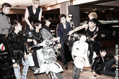 Super Junior sort une nouvelle version de l'album Bonamana / Après une version C de leur quatrième album Bonamana, les Super Junior révèleront prochainement une version D, édition Asiatique spéciale. Cette édition sera valable dans les pays Asiatiques (malheureusement pour nous).  La compagnie SM Entertainment a annoncé aux fans qu'une quatrième version de l'album Bonamana arriveras bientôt, grâce à son succès dans toute l'Asie(es faut pas nous oublier x)). La nouvelle version sera en vente dans les pays asiatiques(Rahh la rage), et inclura la même tracklist que la version C, en plus d'un DVD avec les clip vidéos et coulisses/making des MV de Bonamana et No Other. La date de parution de l'album  n'a pas encore été confirmée, mais les fans s'en réjouissent déjà.
