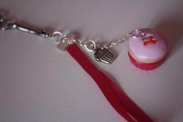 Porte-clé cupcake à la framboise avec son coulis de framboise et ses petites tranches de fraises
