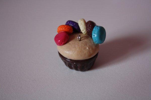 Cupcake nature avec sa base au chocolat et ses demis-macarons à plusieurs goûts