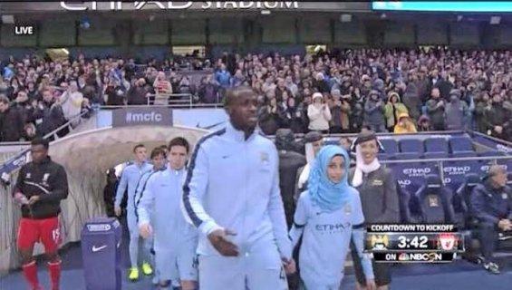 Un joueur de Manchester City rentre sur le terrain accompagné d'une enfant voilée ...