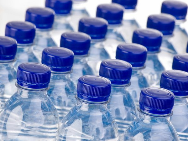 Voici ce que vous devez vérifier la prochaine fois que vous achèterez de l'eau en bouteille...
