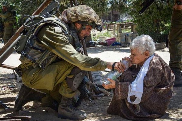 Un soldat israHELLien donne de l'eau à une vieille Palestinienne avant de l'abattre, par L. Glauzy...
