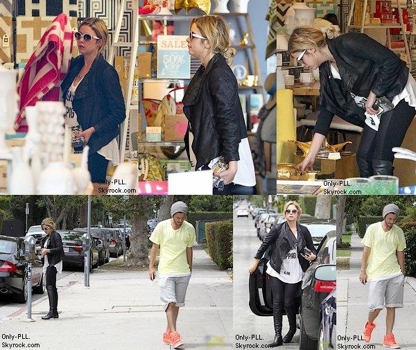 25/06 : Ashley Benson et Ryan Good ont été aperçu, ensemble, faisant du shopping à Los Angeles.