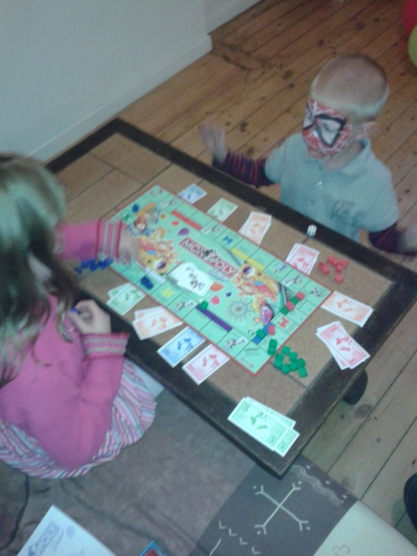 partie monopoly junior en famille