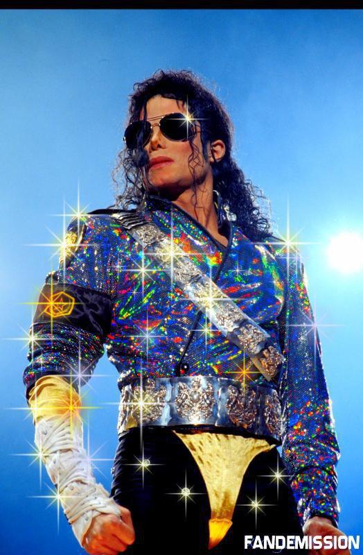 michael  trop  beau  avec  son   costume  a  paillette