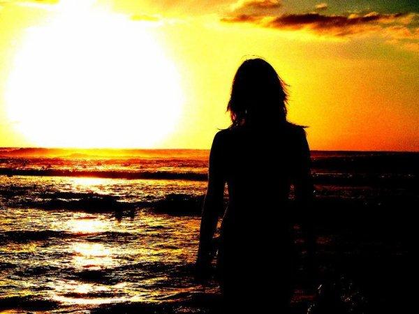 Les mêmes épreuves ne marquent pas les êtres de la même façon : certains s'ouvrent au monde , d'autres s'en éloignent ; renoncent . Qui décide de quoi ? Je ne sais pas . Certains comme moi se sauvent , d'autres se noient . On ne peut rien empêcher .