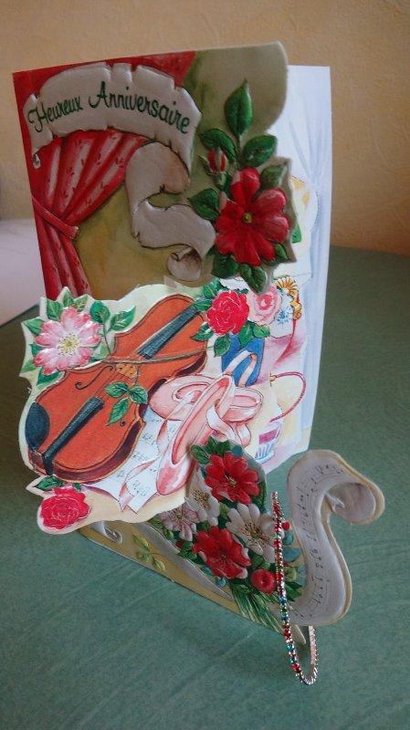une jolie carte avec un cadeau  un bracelet que vous voyez pendu