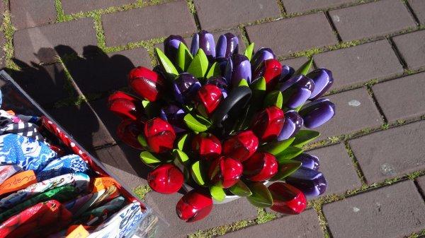 des tulipes en bois en hollande dans les magasins