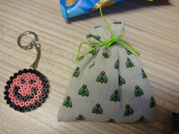 deuxième post    ....les cadeaux recus  (magnet pour frigo) lavande , et j'en passe ....