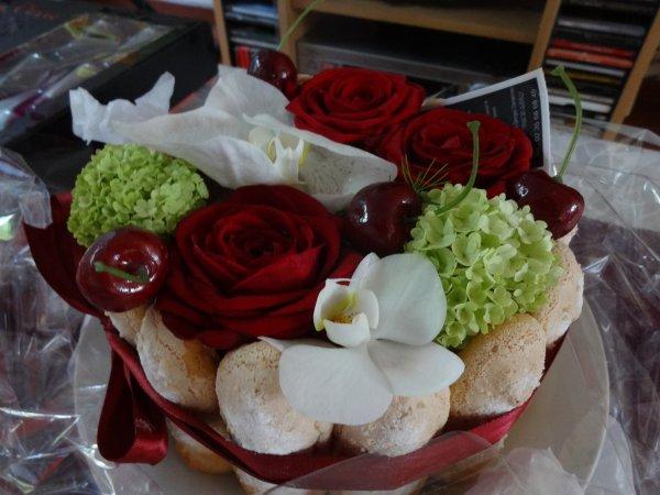 suite de l'anniversaire.....  des fleurs , des fleurs et meme un gateau en fleur et des fleurs en bonbons