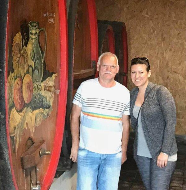 Sarah et René en visite chez un viticulteur de SCHERWILLER ACHILLEE