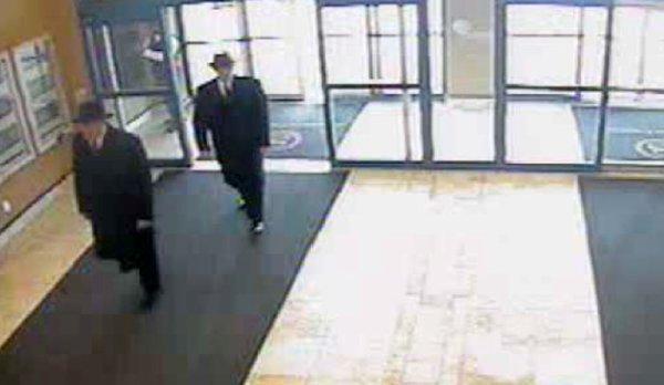 """Des """"Men in black"""" filmés par la caméra de surveillance d'un hôtel ? ??????"""