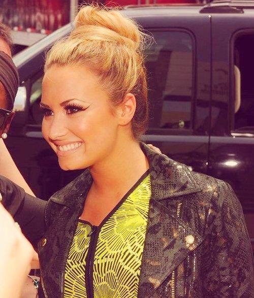 21.05.12 - Demi à la montée des marches, pour X-Factor, et non elle n'était pas à Cannes, dommage. 0/05/12 : Miley était présente à la cérémonie des Billboard Music Awards.