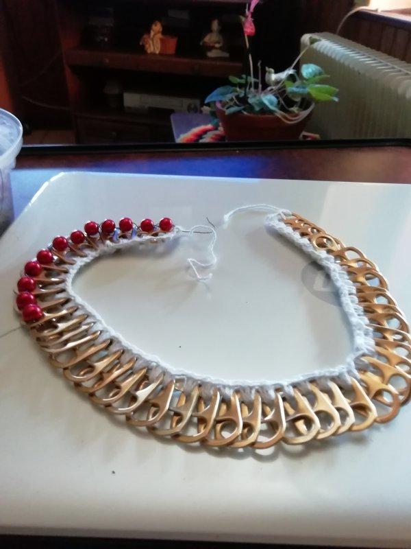 Mes créations fait avec mes petites mains c'est des fleurs fait avec des capsules de bière aluminium pour faire des petits sacs et collier