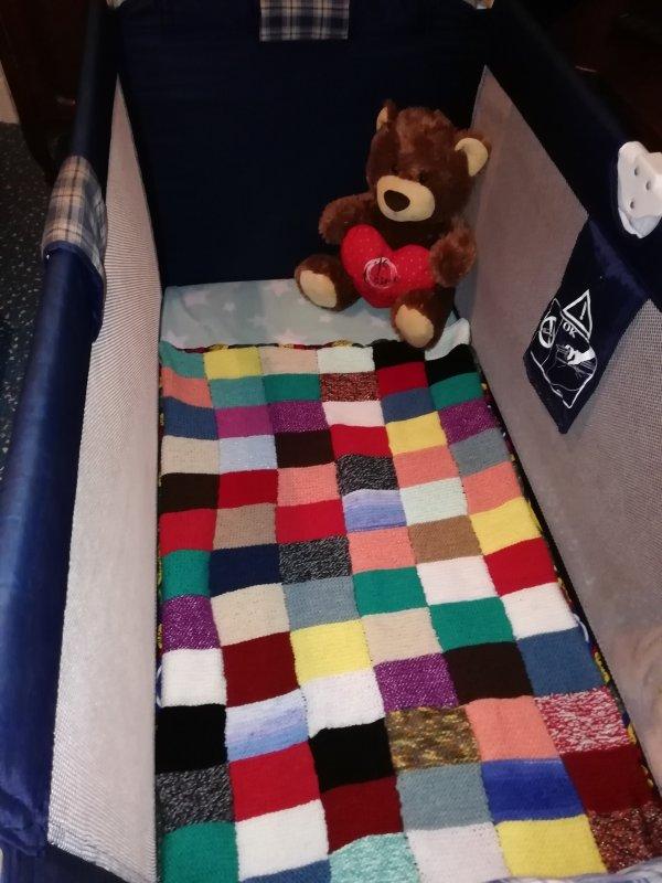 petite et grande couverture en laine que j'ai fait pour mon petit fils Noé qui est née le 28 février 2021 et mon amie c½ur Annie lui a tricoter de la layettes je la remercie beaucoup c'est super gentil de ca part