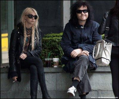 _23/06/11__ Taylor & Ben (le guitariste) ont été aperçu dans le centre de Londres.