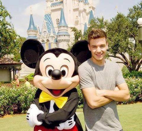 Liam a disneyland avec Mickey