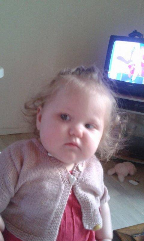 ma fille qui me regarde énervé lol